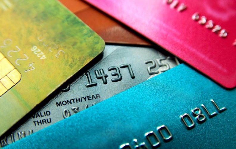 توقف تصنيع بلاستيك البطاقات الذهبية على المستوى المحلي واللجوء للاستيراد