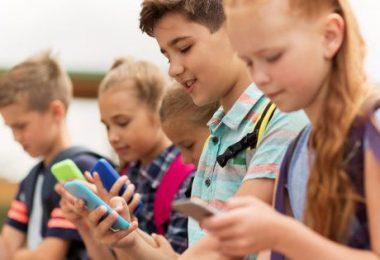 وزارة التربية الوطنية الجزائرية تحظر الهواتف المحمولة في المدارس